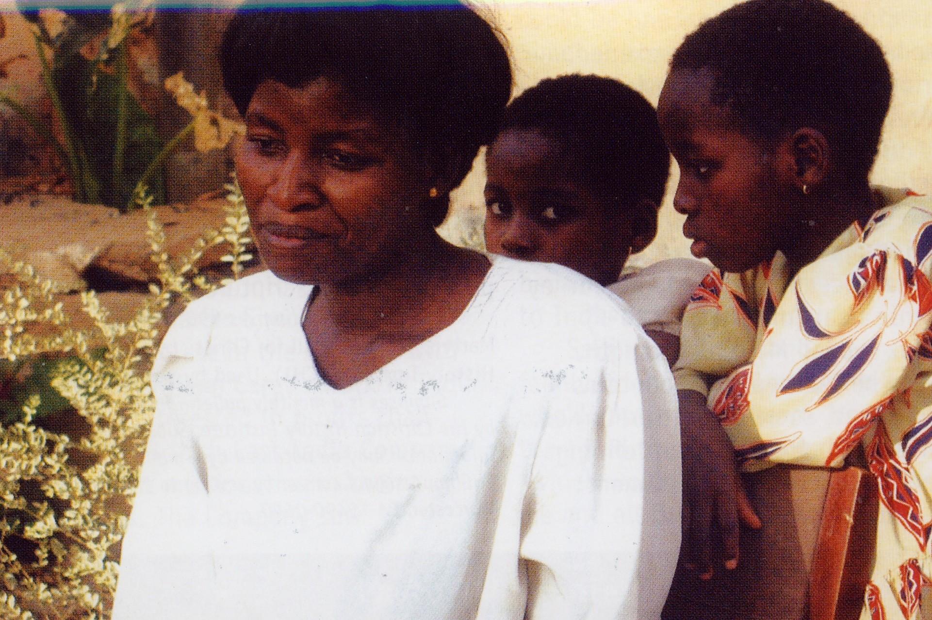 Otin tämän kuvan Rosesta ja hänen kahdesta lapsestaan heidän kotinsa ulkpuolella 2001. Vaikka hän ei tiennyt, miten huolehtisi perheestään, hän sanoi, 'Jumala on ollut uskollinen'. USA 11-2012