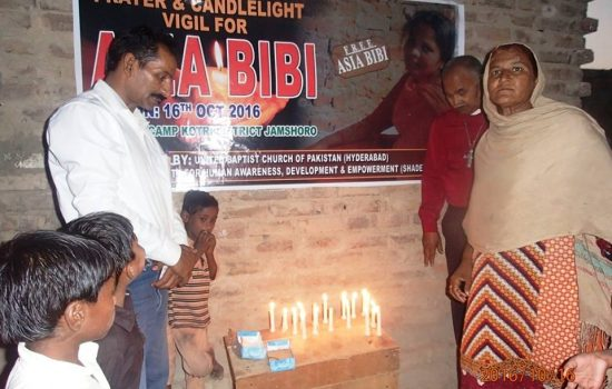 pakistani-christians-pray-for-asia-bibi-550x350
