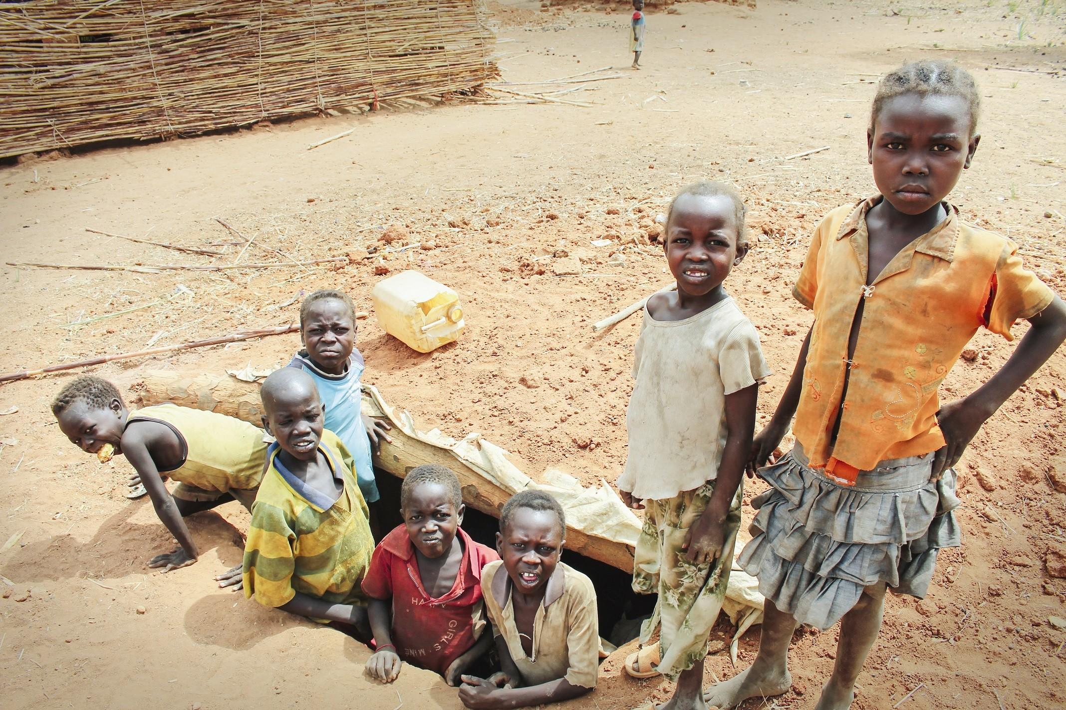 Nuba-vuorilla koulujen viereen on kaivettu maahan pommisuojia lasten turvaksi. Kuva: Marttyyrien Ääni