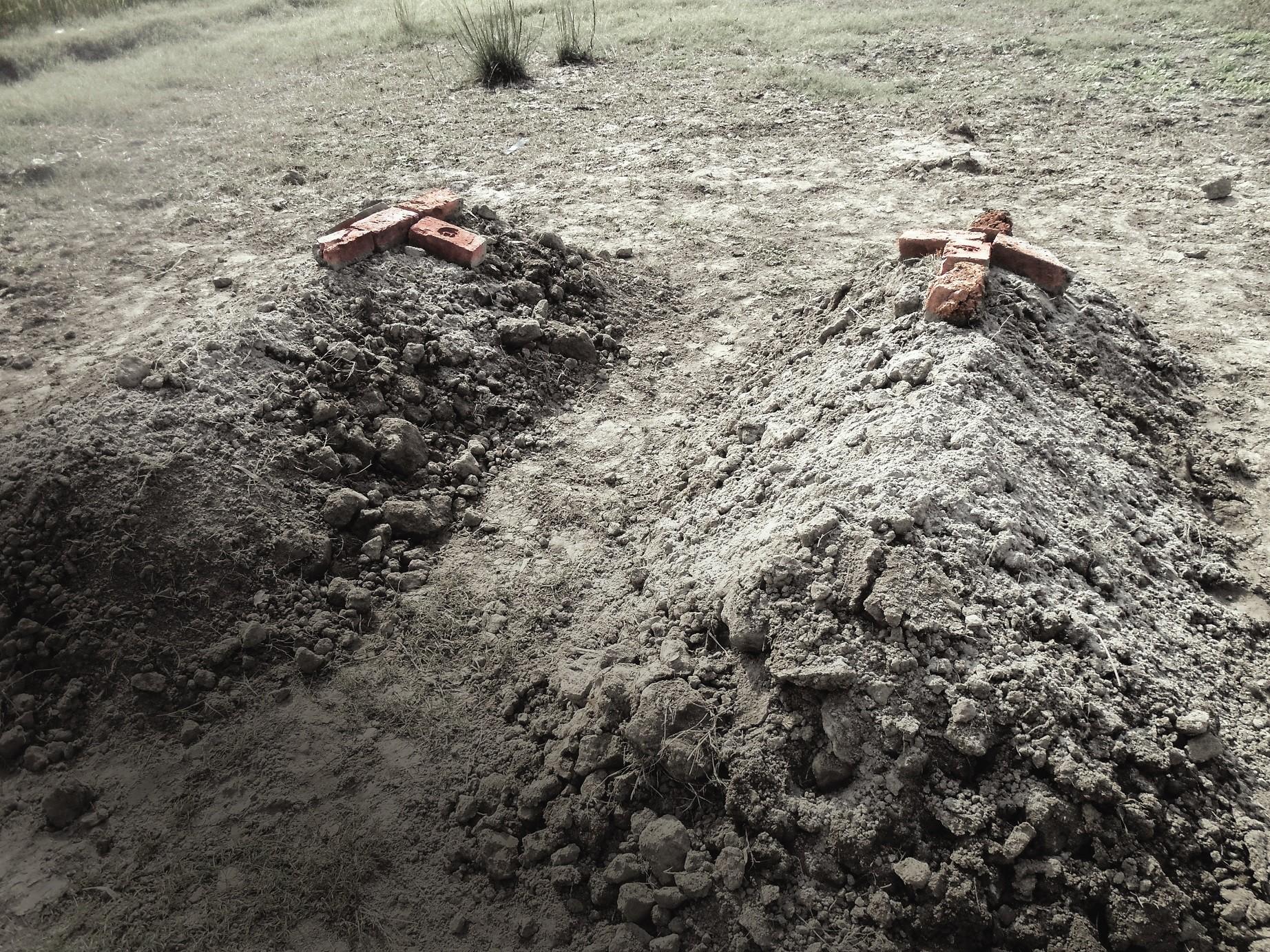 Tiiliristit osoittavat Shaman ja Shahzadin hautojen paikan. Kuva: Marttyyrien Ääni