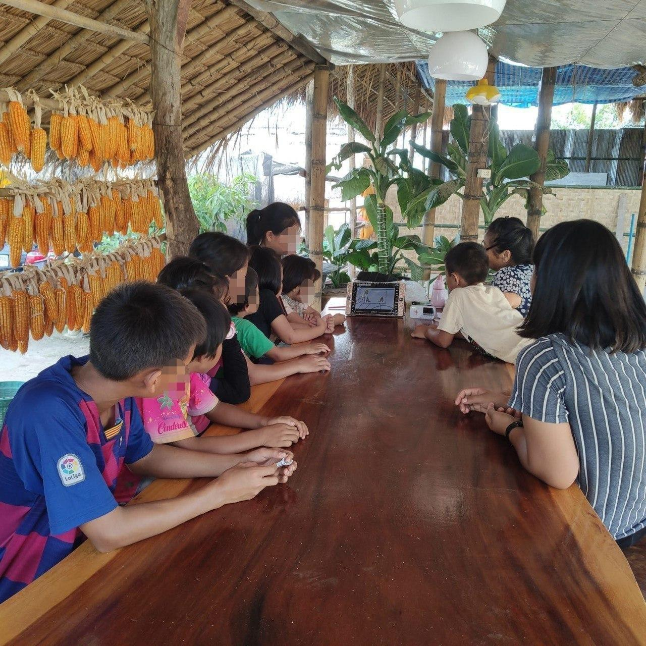 Pyhäkoulupaketin sisältämät materiaalit kiinnostavat myös aikuisia.