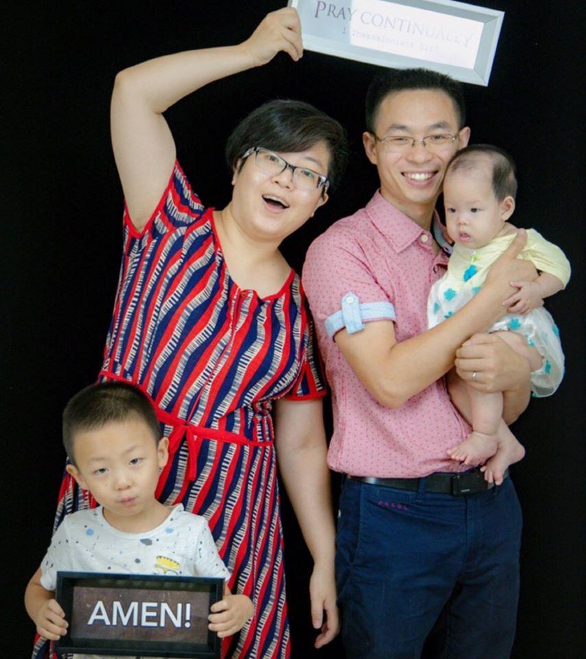 """Qin Defu vaimonsa ja lastensa kanssa. Nyt hän kärsii vankilassa neljän vuoden tuomiota osuudestaan ankarasti vainotussa """"Early Rain"""" -seurakunnassa."""