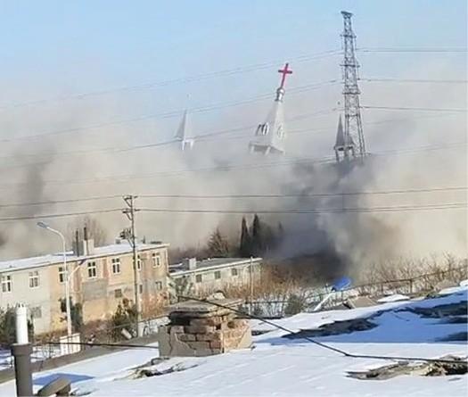 """Viranomaiset räjäyttivät 50.000 seurakuntalaisen """"Kultainen lampunjalka"""" -seurakunnan Linfenissä vuonna 2018."""