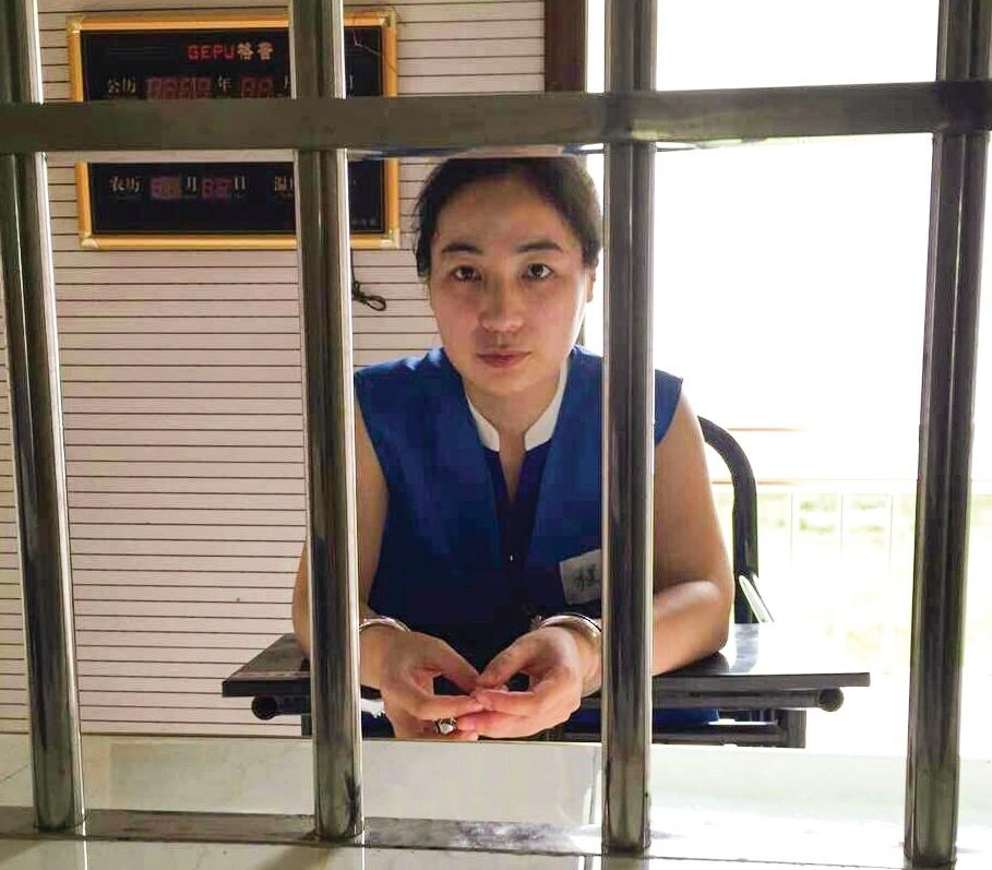 Cheng Jie oli kaksi vuotta vankilassa, koska hän opetti kristillisessä päiväkodissa. Vapautumisensa jälkeen hän joutui perheensä kanssa pakenemaan Kiinasta.